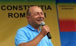 """Traian Basescu, presidente da Românica cujo mandato está suspenso, discursa durante comício na cidade de Cluj-Napoca, a 426 km a noroeste de Bucareste. Neste sábado, Basescu fez um apelo aos eleitores de um dos países mais pobres e corruptos da União Europeia a fim de derrotar os esforços por seu impeachment, convocando neste sábado partidários na cidade de Cluj, na Transilvânia, após o que chamou de """"um golpe contra o Estado de Direito"""". 14/07/2012 REUTERS/Radu Sigheti"""