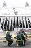 Guardas contratados pela G4S são vistos almoçando perto do Estádio Olímpico no Parque Olímpico, em Stratford, em Londres. A Olimpíada de Londres não está ameaçada pela incapacidade d a G4S de recrutar funcionários suficientes, disseram ministros e o chefe do comitê organizador da cidade neste domingo, tentando apaziguar uma tormenta política às vésperas da chegada dos atletas. 14/07/2012 REUTERS/Andrew Winning