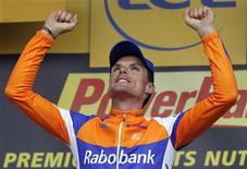 O ciclista espanhol Luis León Sanchez comemora sua vitória neste domingo da 14a etapa da Volta da França de ciclismo, um percurso de 191 quilômetros entre Limoux e Foix. Sánchez, vencedor de etapas da Volta em 2008, 2009 e 2011, se distanciou do resto a 11 quilômetros de seu destino e se impôs em uma jornada marcada por perfurações, supostamente causadas por pregos e tachinhas atiradas na estrada. 15/07/2012 REUTERS/Stephane Mahe