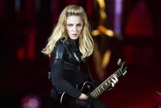 Cantora norte-americana Madonna durante show de sua turnê mundial MDNA em Berlim, na Alemanha. Autoridades da Frente Nacional, partido de extrema-direita da França, declararam que vão processar Madonna depois que a cantora exibiu imagens da líder do partido, Marine Le Pen, com uma suástica sobreposta ao rosto em um show em Paris no sábado. 28/06/2012 REUTERS/Thomas Peter
