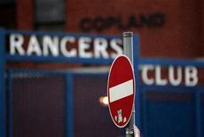 """Дорожный знак """"Въезд запрещен"""" около стадиона """"Айброкс"""" в Глазго, 24 апреля 2012 года. Многократный чемпион Шотландии """"Рейнджерс"""" из-за финансовых проблем начнет грядущий сезон в четвертом по силе дивизионе, сообщил в пятницу глава Шотландской футбольной лиги Дэвид Лонгмьюир. REUTERS/David Moir"""