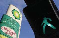 Светофор возле АЗС BP в Москве, 1 июня 2012 года. Российские совладельцы TНK-BP готовы продать свою долю британскому акционеру BP за наличные и акции, чтобы положить конец акционерному конфликту. REUTERS/Denis Sinyakov