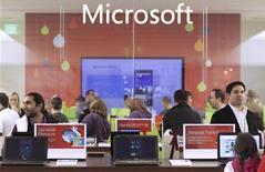 Покупатели смотрят в продукцию Microsoft в магазине в Белвью (Вашингтон), 18 ноября 2010 года. Microsoft Corp продала свою 50-процентную долю в сайте новостей MSNBC.com компании Comcast Corp примерно за $300 миллионов, сообщила New York Times со ссылкой на источники, близкие к сделке. REUTERS/Marcus Donner