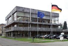 Здание Конституционного суда Германии в Карлсруэ, 20 февраля 2002 г. Конституционный суд Германии отложил вердикт касательно того, совместим ли стабфонд еврозоны, направленный на борьбу с долговым кризисом региона, с немецким законодательством или не лишает ли он парламент права решать проблемы национального бюджета, до 12 сентября. REUTERS/Ralph Orlowski