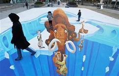 """Пешеходы проходят по трехмерному рисунку с изображением героев фильма """"Ледниковый период"""" в Лондоне, 23 ноября 2009 года. """"Ледниковый период 4: Континентальный дрейф"""", продолжающий эпопею о приключениях мамонта и его доисторических друзей, стартовал с результатом в $46 миллионов и моментально сбросил с вершины проката США и Канады """"Нового Человека-паука"""". REUTERS/Suzanne Plunkett"""