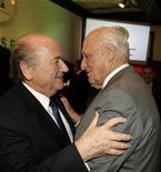 El Comité Olímpico Internacional (COI) discutirá sobre el caso de sobornos en el que están envueltos antiguos altos cargos de la FIFA en la reunión de su junta ejecutiva de esta semana en Londres, pero descartó cualquier sanción contra su ex miembro Joao Havelange. En la imagen de archivo, el presidente de la FIFA, Joseph Blatter (izquierda), saluda a su predecesor en el cargo, Joao Havelange, en Asunción, el 29 de enero de 2009. REUTERS/Jorge Adorno