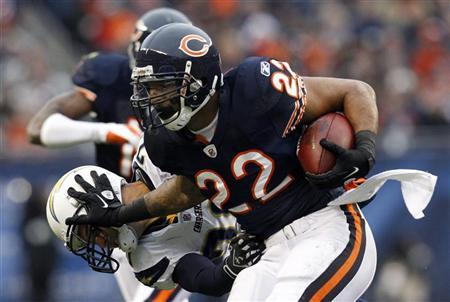 Chicago Bears running back Matt Forte (R) is brought down by San Diego Chargers' Steve Gregory (L) in the first half of their NFL football game in Chicago, Illinois, November 20, 2011. REUTERS/Jeff Haynes