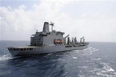 A embarcação de mantimentos da Marinha dos Estados Unidos USNS Rappahannock mantém posição ao se preparar para reabastecer no oceano, numa foto de divulgação da Marinha tirada no Mar da China Meridional. Uma pessoa morreu e outras três ficaram feridas nesta segunda-feira quando um barco pesqueiro foi alvejado ao se aproximar do USNS Rappahannock. 21/03/2012 REUTERS/MC3 Cale Hatch/Marinha dos Estados Unidos/Divulgação