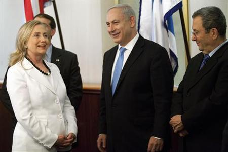 U.S. Secretary of State Hillary Clinton stands with Israel's Prime Minister Benjamin Netanyahu (C) and Defense Minister Ehud Barak (R) during their meeting in Jerusalem July 16, 2012. REUTERS/Abir Sultan/Pool