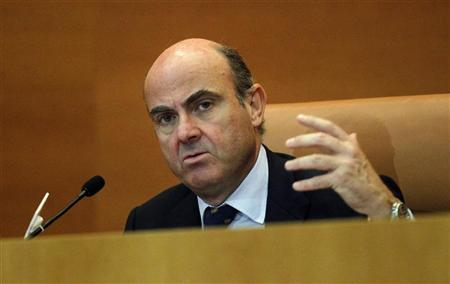 Spain's Economy Minister Luis de Guindos makes a speech during a meeting at the IESE Business School in Barcelona July 16, 2012. REUTERS/Albert Gea