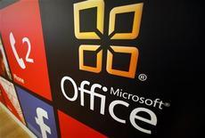 Логотип Microsoft Office в магазине в Сан-Диего, 18 января 2012 года. Microsoft Corp представила новую версию пакета офисных программ Office, сделанную специально для планшетов и других устройств с сенсорными дисплеями. REUTERS/Mike Blake