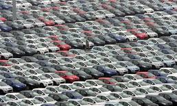 <p>La baisse des immatriculations de voitures neuves dans l'Union européenne a ralenti en juin à son rythme le plus faible (-2,8%) des huit derniers mois, à la faveur d'une légère hausse des ventes en Allemagne et au Royaume-Uni. /Photo d'archives/REUTERS/Sean Yong</p>