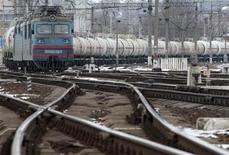 Грузовой поезд двигается по ж/д сообщению в Киеве, 7 марта 2012 года. Крупнейший в РФ железнодорожный оператор контейнеров Трансконтейнер в первом квартале 2012 года увеличил прибыль за период по международным стандартам в 2 раза до 1,2 миллиарда рублей, сообщила компания во вторник. REUTERS/Anatolii Stepanov