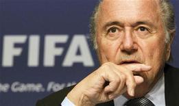 """Presidente da Fifa, Joseph Blatter, gesticula durante coletiva de imprensa em Zurique, Suíça. Blatter tentou se retratar nesta terça-feira de declarações dele sugerindo que a Alemanha """"comprou"""" o direito de sediar a Copa do Mundo de 2006. 17/07/2012 REUTERS/Arnd Wiegmann"""