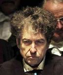 """A lenda da música norte-americana Bob Dylan senta-se no palco antes de receber um prêmio na St Andrews Univrsity, na Escócia. Seu novo álbum de estúdio de Bob Dylan, """"Tempest"""", será lançado em 11 de setembro para marcar o 50o aniversário do popular álbum de estreia do cantor-compositor. 23/06/2012 REUTERS/David Cheskin/Pool"""