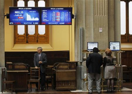 Traders look at a computer screen at Madrid's bourse April 5, 2012. REUTERS/Susana Vera