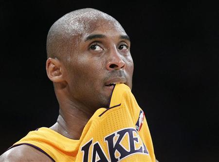 Los Angeles Lakers shooting guard Kobe Bryant (24) bites his jersey in the first half against the Oklahoma City Thunder during Game 3 of their NBA Western Conference semi-final playoff basketball game in Los Angeles, California May 18, 2012. REUTERS/Lucy Nicholson