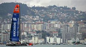 Парусник шведской команды Ericsson проплывает мимо города Виго на севере Испании, 12 ноября 2005 года. Базовая прибыль крупнейшего производителя телекоммуникационного оборудования Ericsson оказалась хуже прогнозов во втором квартале из-за слабой маржи, но компания ждет улучшения ситуации к концу года. REUTERS/Victor Fraile