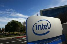 Логотип Intel Corporation около здания офиса компании в Санта-Кларе (Калифорния), 2 февраля 2010 года. Крупнейший производитель чипов Intel Corp снизил прогноз роста рынка в 2012 году по итогам второго квартала, укрепив опасения инвесторов и аналитиков относительно перспектив мировой экономики и потребительского спроса. REUTERS/Robert Galbraith