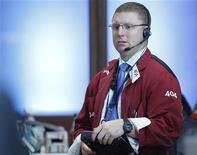 Трейдер работает в торговом зале биржи в Нью-Йорке, 10 июля 2012 года. Американские рынки акций открылись снижением в связи со снижением прогноза выручки Intel Corp. REUTERS/Brendan McDermid