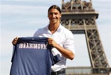 O sueco Zlatan Ibrahimovic, recém contratado pelo time francês Paris St Germain, levanta seu novo uniforme na praça de Trocadero, em frente à Torre Eiffel, em Paris, na França. 18/07/2012 REUTERS/Charles Platiau