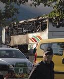 """Сгоревший автобус стоит около аэропорта Бургаса, 18 июля 2012 года. Израиль обвинил Тегеран и пообещал дать жесткий ответ на """"иранский террор"""" после гибели шести своих туристов в результате взрыва в болгарском аэропорту. REUTERS/Bulphoto Agency"""