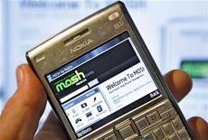 Домашняя страница соцсети Mosh открыта на смартфоне в Стокгольме, 2 октября 2007 года. Квартальная прибыль скандинавской телекоммуникационной фирмы Tele2 совпала с прогнозами, но компания скорректировала прогноз роста выручки в Швеции на фоне жесткой конкуренции. REUTERS/Bob Strong/Files