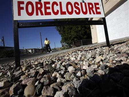 A realtor stands in front of a foreclosed home in Bullhead City, Arizona, November 4, 2009. REUTERS/Lucy Nicholson