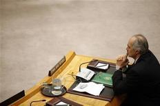 Посол Сирии в ООН Башар Джаафари сидит за столом переговоров во время обсуждения резолюции Совета безопасности в Нью-Йорке, 4 февраля 2012 года. Россия и Китай в четверг наложили вето на резолюцию Совета безопасности ООН, которая предусматривает новые санкции по отношению к властям Сирии, если они не прекратят использовать тяжелое оружие для подавления протестов и не выведут войска из городов. REUTERS/Allison Joyce