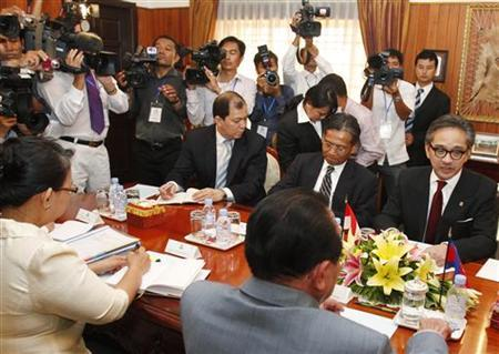 Indonesian Foreign Minister Marty Natalegawa (R) talks to his Cambodian counterpart Hor Namhong (back facing camera) during a meeting at the Ministry of Foreign Affairs in Phnom Penh July 19, 2012. REUTERS/Samrang Pring