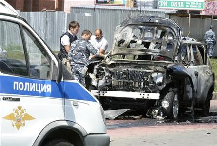 Russian investigators work near the scene of a car bomb blast in the city of Kazan July 19, 2012. The most senior Islamic official in Russia's largely Muslim Tatarstan region was wounded in a car bomb attack and his deputy was killed in a separate shooting on Thursday, law enforcement officials said. REUTERS/Aleksey Nasyrov