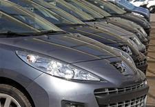 <p>Le risque d'une OPA sur PSA Peugeot Citroën, évoqué vendredi par la famille Peugeot, est jugé théoriquement possible mais en fait peu probable, faute de prédateur identifiable susceptible de se lancer dans pareille aventure. /Photo prise le 19 juillet 2012/REUTERS/Eric Gaillard</p>