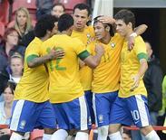 Neymar comemora gol do Brasil em amistoso contra Grã-Bretanha nesta sexta-feira. REUTERS/Nigel Roddis