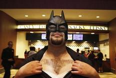 """Jesús Alamo exibe a depilação do logo do Batman que fez em seu peito, enquanto aguarda a pré-estreia noturna de """"Batman: o Cavaleiro das Trevas Ressurge"""", na Universal City, Califórnia, Estados Unidos, na quinta-feira. 19/07/2012 REUTERS/Jonathan Alcorn"""