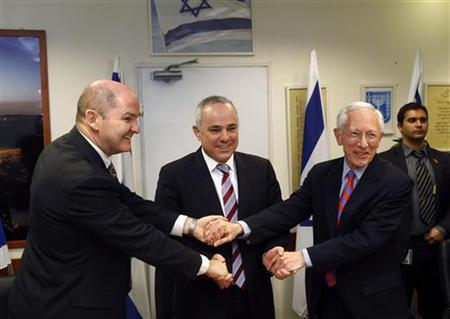Peter Doyle (L), head of the International Monetary Fund's (IMF) mission to Israel, shakes hands with Israel's Finance Minister Yuval Steinitz (C) and Bank of Israel Governor Stanley Fischer after handing over its annual report on Israel, in Jerusalem February 13, 2012. REUTERS/Ronen Zvulun