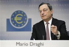 """<p>L'euro n'est """"absolument pas en danger"""", estime Mario Draghi dans une interview publiée samedi par Le Monde. Le président de la Banque centrale européenne ne croit pas non plus à une récession généralisée dans la zone euro. /Photo prise le 5 juillet 2012/REUTERS/Alex Domanski</p>"""