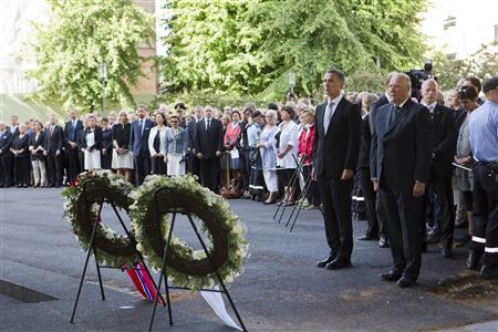 Norway's King Harald (R) and Prime Minister Jens Stoltenberg attend a wreath laying ceremony during a ceremony to mark the one year anniversary of the twin Oslo-Utoeya massacre by self confessed killer Anders Breivik, near the heavily damaged government building in Oslo July 22, 2012. REUTERS/Berit Roald/NTB Scanpix/Pool