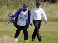 <p>L'attaquant argentin de Manchester City Carlos Tevez a endossé un rôle inhabituel dimanche en se transformant en caddie de son compatriote Andres Romero lors du British Open de golf. /Photo prise le 22 juillet 2012/REUTERS/Phil Noble</p>