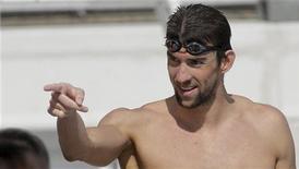 Michael Phelps gesticula durante sessão de treinos para as Olimpíadas de Londres em Bellerive, França. De todas as qualidades que ajudaram a fazer de Michael Phelps o maior nadador do mundo, calcular o momento certo talvez seja aquela que o destaca dos outros. 21/07/2012 REUTERS/Robert Pratta