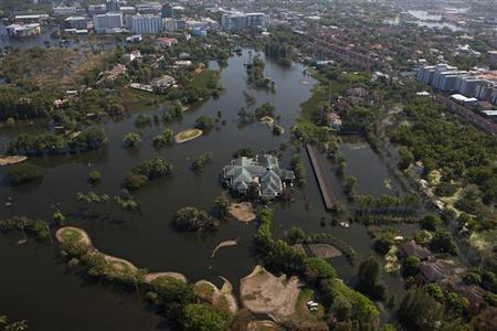 A view of a partially flooded golf course in Bangkok's suburbs November 26, 2011. Thailand's worst floods in 50 years have killed 610 people and devastated industry, but the situation is slowly improving, with water receding in many affected areas. REUTERS/Athit Perawongmetha