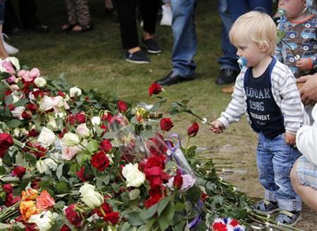 7月22日、77人が殺害されたノルウェーの爆破・乱射事件から1年が経過。首都オスロなどで追悼式典が開かれ、数千人が犠牲者の冥福を祈った。写真はオスロで撮影。提供写真(2012年 ロイター/Norsk Telegrambyra AS)