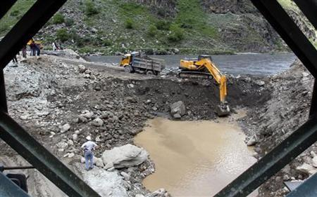 An excavator is used to dig earth at the dam site of Kishanganga power project in Gurez, 160 kms (99 miles) north of Srinagar June 21, 2012. REUTERS/Fayaz Kabli