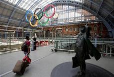 Estação Internacional de St.Pancras com os anéis olímpicos no fundo e uma estátua de John Betjeman em Londres. Graves transtornos afetavam na manhã desta segunda-feira três dos principais acessos metroviários ao Parque Olímpico na zona leste de Londres, a quatro dias do início da Olimpíada na cidade. 22/07/2012 REUTERS/Neil Hall