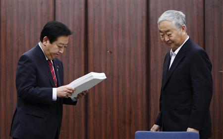 Japan's Prime Minister Yoshihiko Noda (L) acknowledges the final report after receiving it from Yotao Hatamura, University of Tokyo engineering professor and the head of a government-appointed panel to investigate the cause of the Fukushima nuclear crisis, in Tokyo July 23, 2012. REUTERS/Yuriko Nakao
