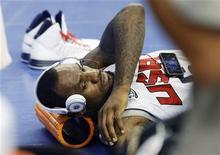 O jogador de basquete da seleção olímpica dos Estados Unidos LeBron James ouve música enquanto se alonga durante um treino em Palau Sant Jordi, em Barcelona, na Espanha. 23/07/2012 REUTERS/Gustau Nacarino