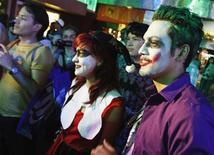 """Espectadores, vestidos de personagens da franquia Batman, aguardam a pré-estreia do novo filme """"Batman: O Cavaleiro das Trevas Ressurge"""", em Universal City, nos Estados Unidos, na semana passada. 19/07/2012 REUTERS/Jonathan Alcorn"""