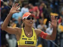A jogadora brasileira de vôlei de praia Juliana celebra vitória em torneio na Alemanha, no dia 15 de julho, antes de disputar Jogos Olímpicos de Londres. REUTERS/Thomas Peter (GERMANY - Tags: SPORT VOLLEYBALL)
