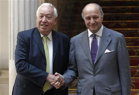 Spain's Foreign Minister Jose Manuel Garcia-Margallo (L) welcomes his French counterpart Laurent Fabius after his arrival for a meeting at the Foreign Ministry in Madrid July 20, 2012. REUTERS/Andrea Comas