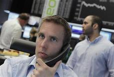 Трейдер говорит по телефону в торговом зале биржи во Франкфурте-на-Майне, 11 июня 2012 года. Европейские рынки акций открылись ростом после резкого снижения накануне благодаря данным о росте производственной активности в Китае. REUTERS/Alex Domanski