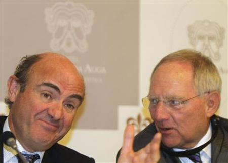 Spain's Economy Minister Luis de Guindos (L) and Germany's Finance Minister Wolfgang Schaeuble talk during a news conference before a seminar organized by the Konrad Adenauer Foundation, linked to Germany's Chancellor Angela Merkel's Christian Democrats (CDU), in Santiago de Compostela April 30, 2012. REUTERS/Miguel Vidal